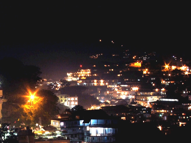 Night_view_of_Mussoorie,_Uttarakhand