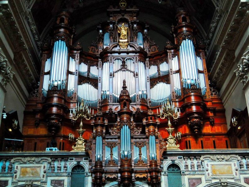 organ with many wind pipes at berlin cathederal church