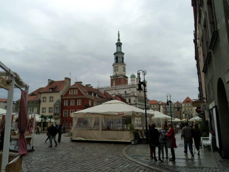 cafes-lined-up-in-old-town-square-of-poznan