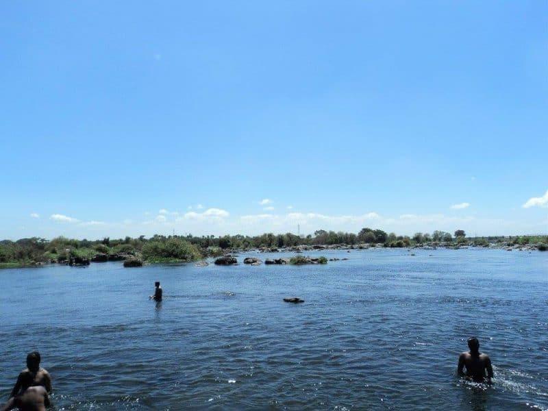 people-taking-bath-in-kaveri-near-shivanasamudra