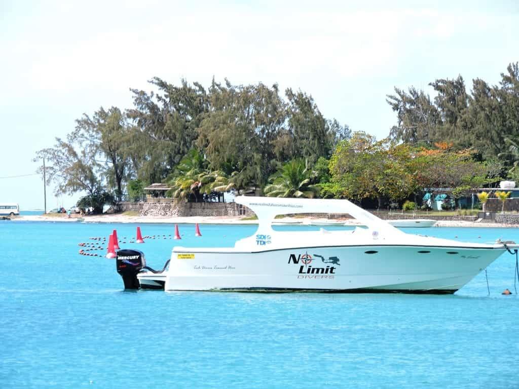 Море и лодка в безветренную погоду Круиз на катамаране по Маврикии