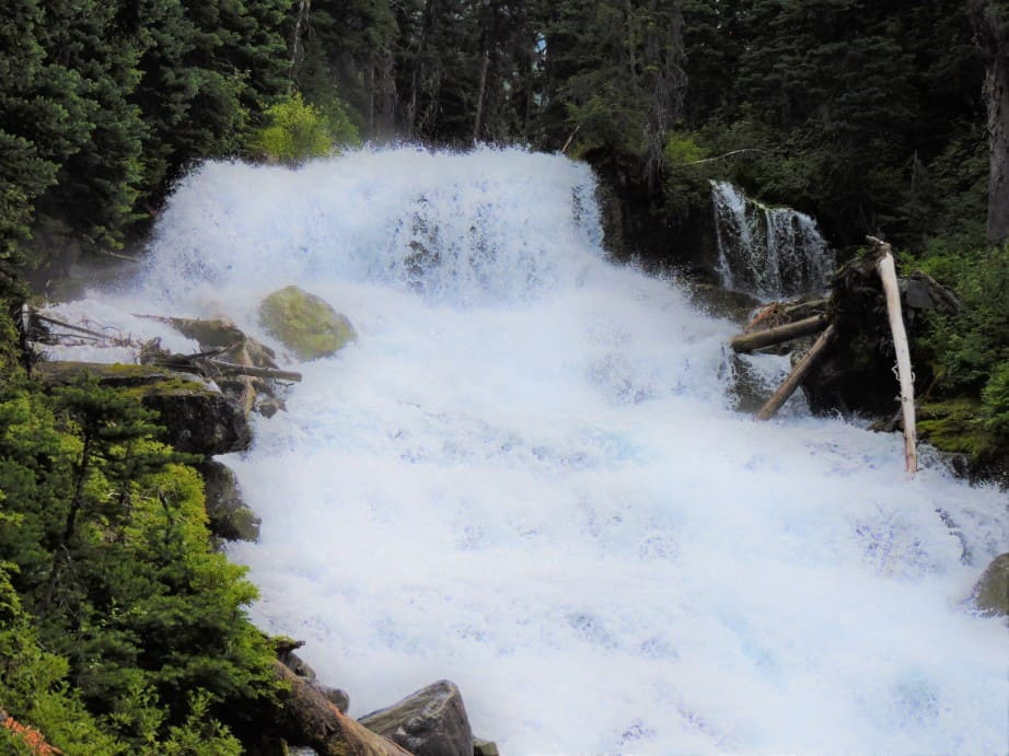 Holloway waterfall between middle and Upper Joffre lake