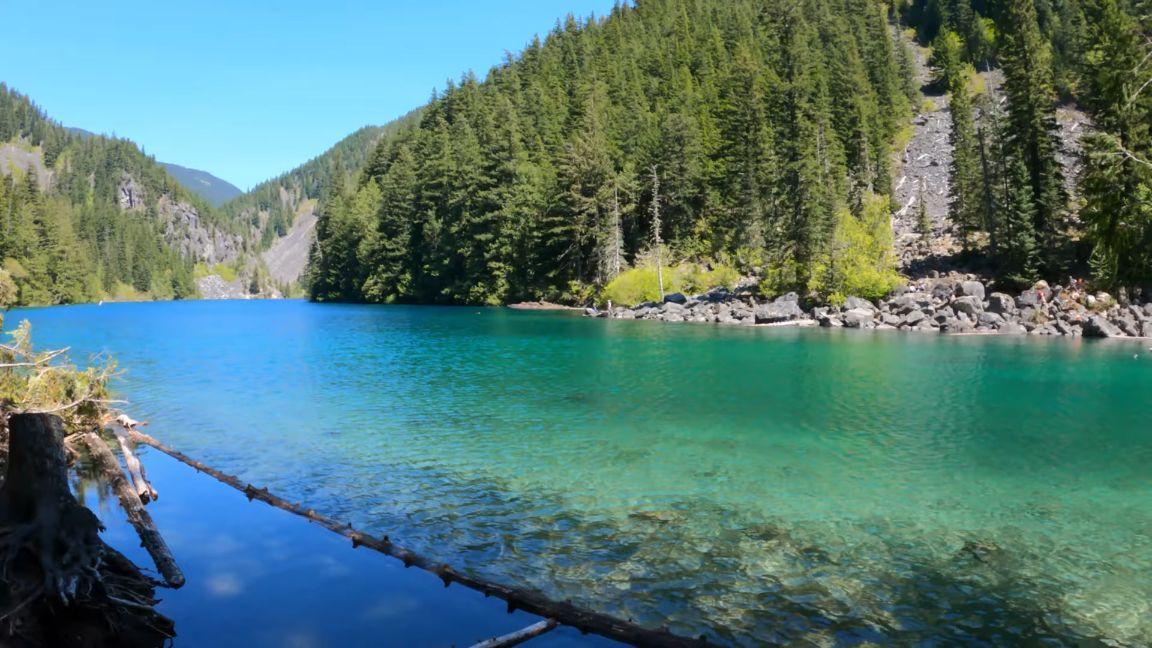 Lindeman-Lake-Turquoise-water